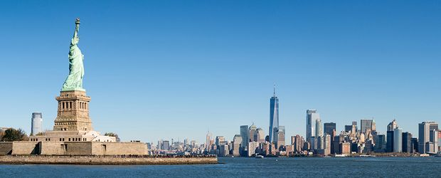 335 Liberty Island und Manhattan Panorama in New York City USA © eyetronic, Fotolia